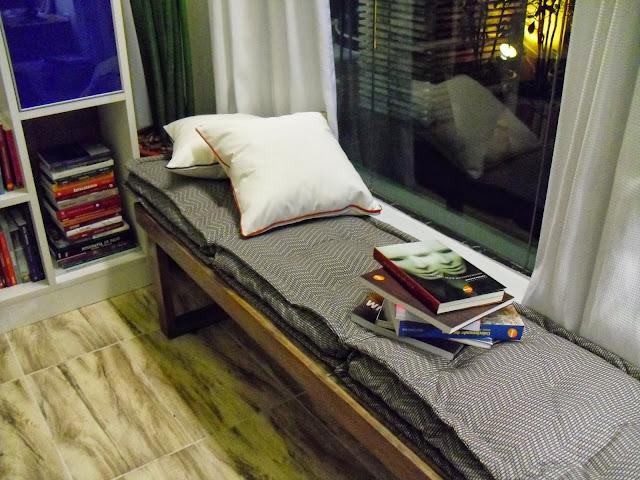 futons de tecido azul estampado - sala de leitura do Senac - Santos Arquidecor 2013