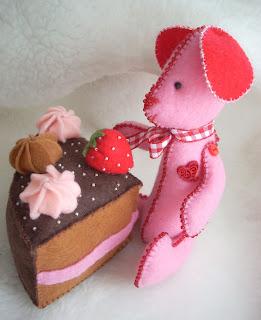 пирожное и игрушка из фетра