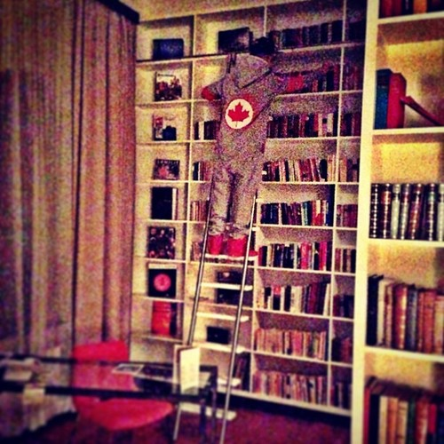 JustinBieber-Hotel-room-with-Libaray-