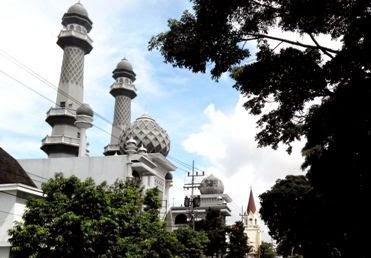 masjid dan gereja berdampingan di alun alun kota malang