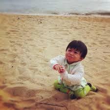 main pasir di pantai