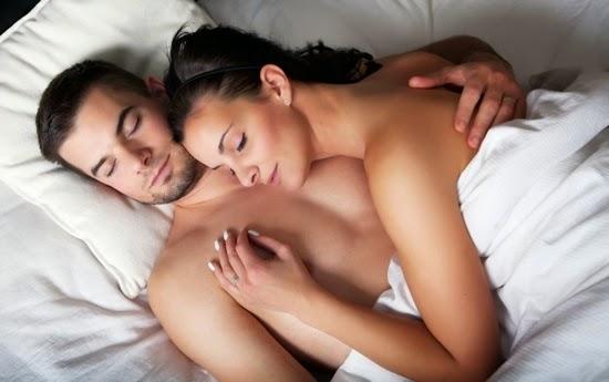 A posição que o casal dorme mostra como está a relação.jpg