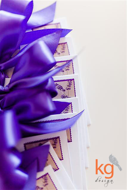 oryginalne i niepowtarzalne zaproszenie na ślub w stylu vintage z lawendą, kolorystyka postarzana, fioletowy, fiolet, brąz, beż, piaskowy, delikatne, romantyczne, zaproszenie z kwiatami, dodatkowe wkładki z zaokrąglonymi rogami, artystyczne zaproszenia na ślub, kg design, projekty indywidualne, zaproszenie wiązane wstążką, prostokątne, koperta ze znaczkiem pocztowym,  koperta ze stemplem i datą ślubu, RSVP, mapka dojazdu na dodatkowej wkładce, zaproszenie wiązane wstążką, personalizacja zaproszeń i kopert, naklejka na kopercie, styl vintage, rustykalny, styl retro, lawenda, kwiaty,