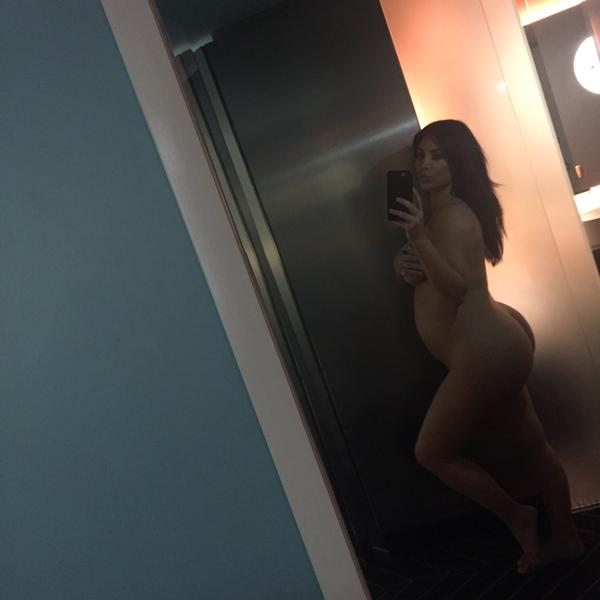 Kim Kardashian goes naked for pregnant selfie‏