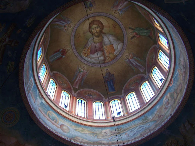 Agios Andreas Katedrali'nin kubbe altındayız.