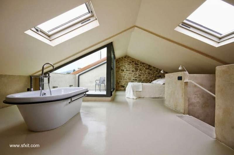 Dormitorio con baño integrado en un ático con balcón