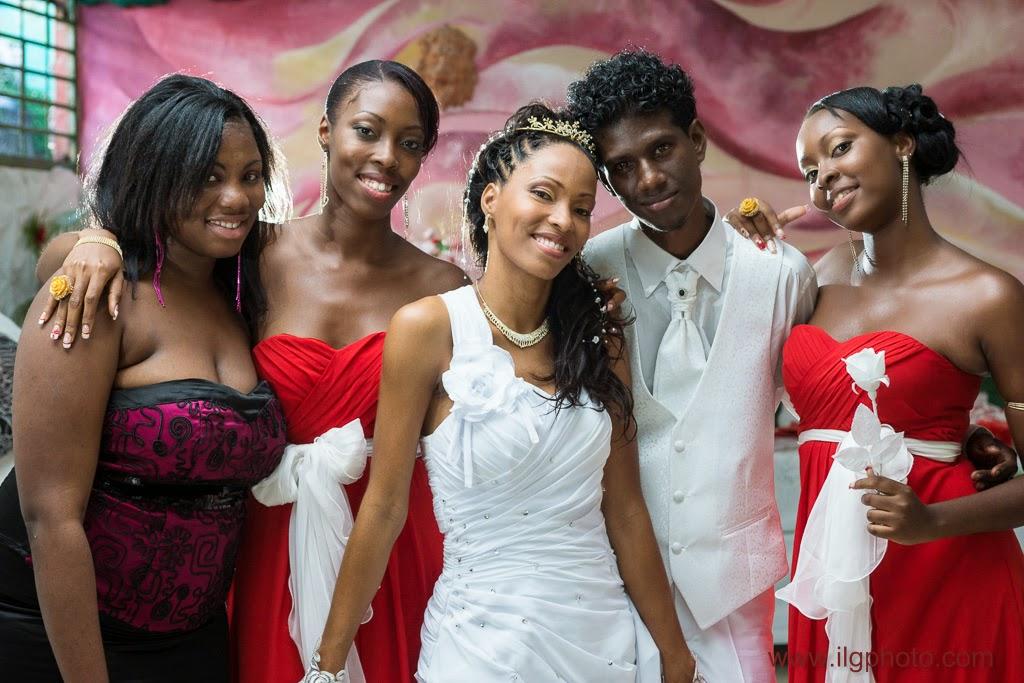 portrait du couple avec les soeurs de la mariée