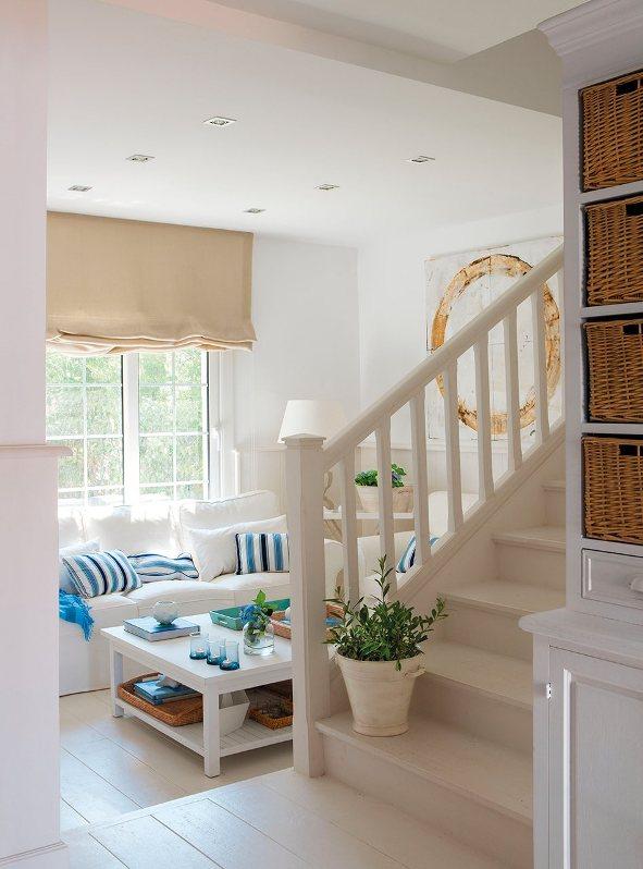 casa decorada en blanco axul y color arena