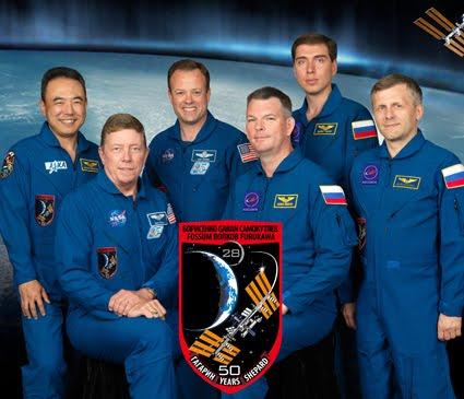 Η αποστολή 28 μέλη του πληρώματος, από τα δεξιά (πρώτη σειρά) είναι o