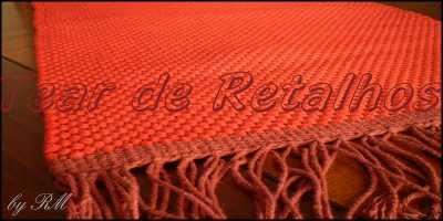 Tapete vermelho executado em tear de pente liço utilizando cadarços de algodão como trama e barbantes de algodão como urdume