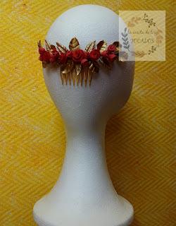 peineta de porcelana para invitada en colores dorado y coral con hojas y flores variadas