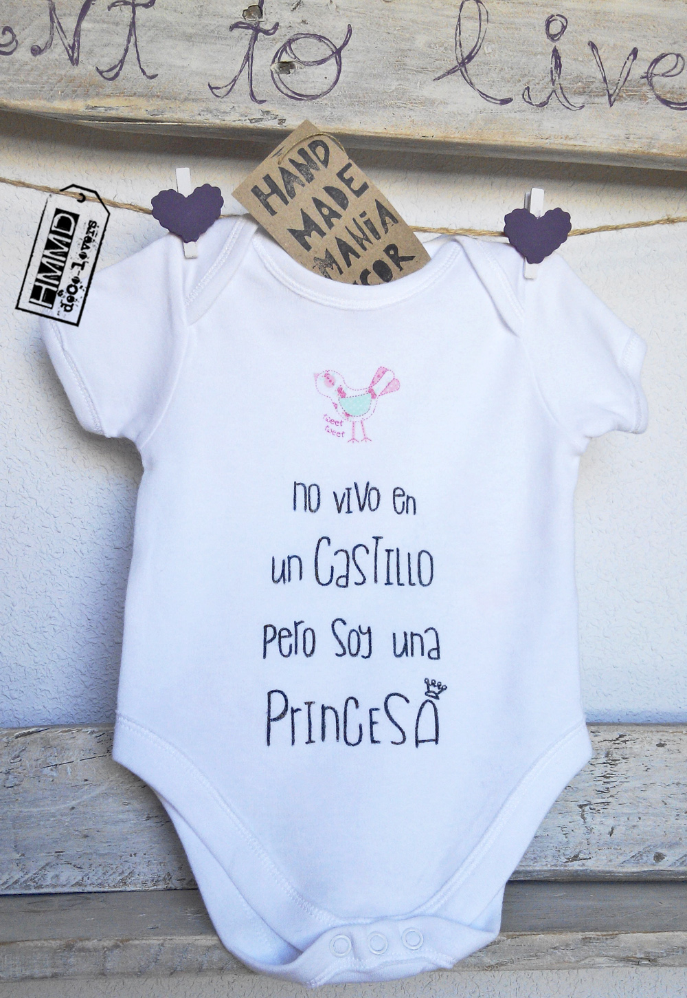 No vivo en un castillo pero soy una princesa. Body con frases para bebés HMMD Handmademaniadecor, regalo para el día de la madre, día del padre o para recién nacido. Baby body suits with phrases by HMMD, ideal for gifts.