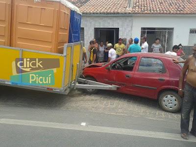 Reboque se desprende de caminhonete e bate em Celta na cidade de Barra de Santa Rosa