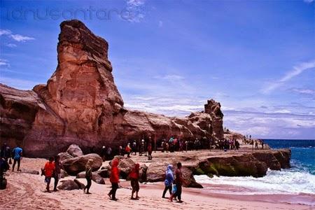 Batu karang yang tinggi di Pantai Klayar