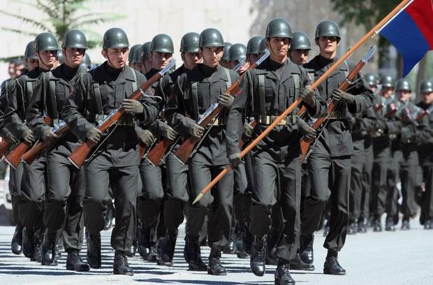 Exército turco marcha durante o funeral de soldados (Foto: AP)