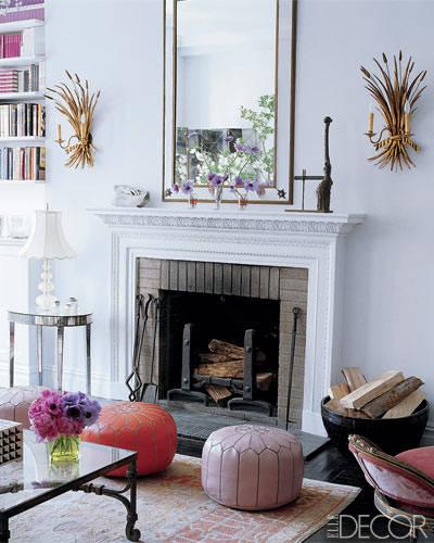 decoracion de pared con lamparas vintage. salon blanco con lamparas doradas. apliques antiguos de flores y espigas