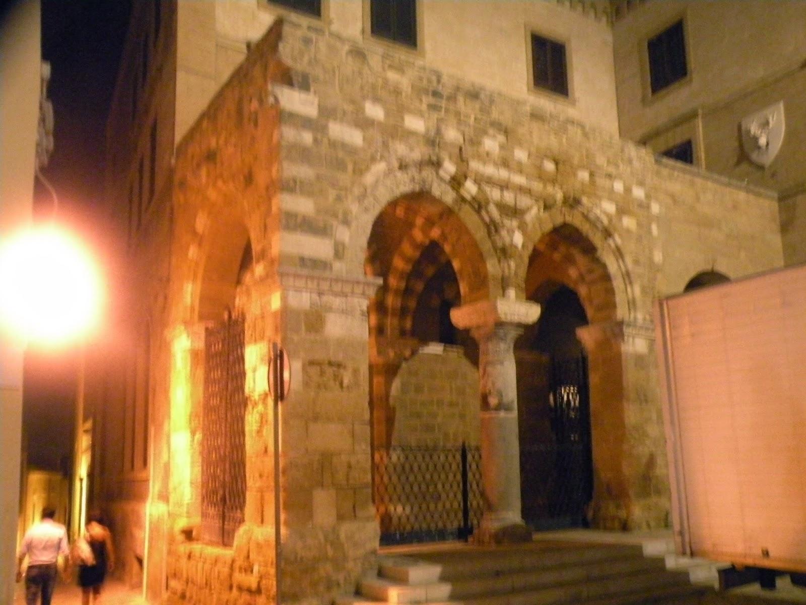 Quello che a Brindisi ¨ conosciuto e Portico dei Templari si trova su un lato di piazza Duomo e rappresenta due arcate gotiche separate da una colonna di