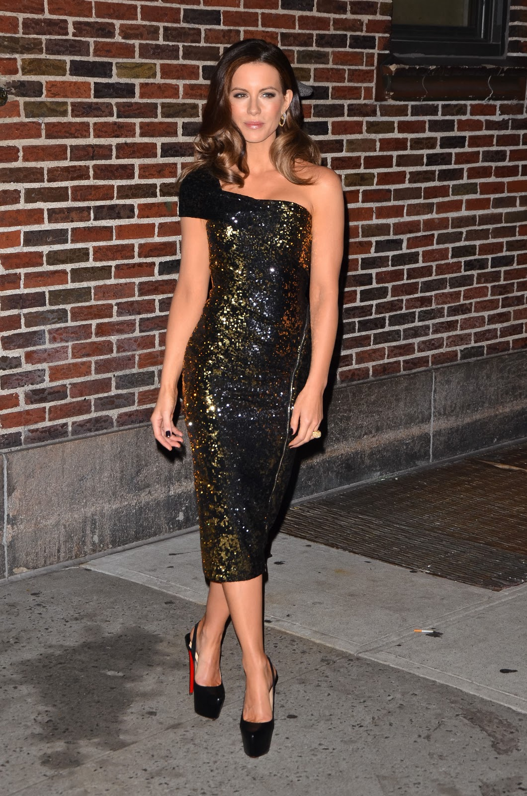 http://1.bp.blogspot.com/-EZvpk40sl44/TxI5mkK7J6I/AAAAAAAACcY/jSHfJyeNr5o/s1600/Kate+Beckinsale+Donna+Karan+Prefall+2012+dress.jpg