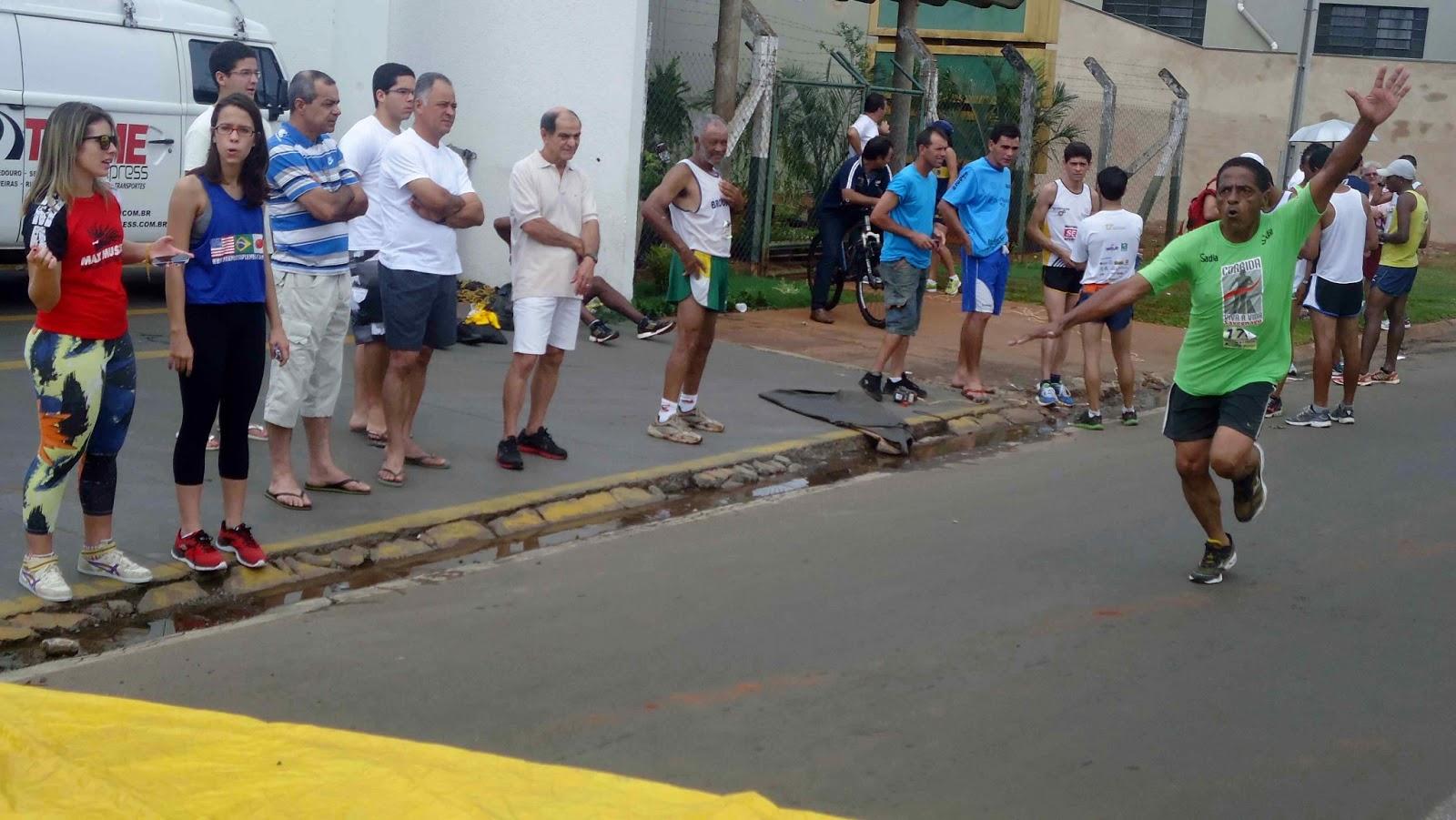 Foto 182 da 1ª Corrida Av. dos Coqueiros em Barretos-SP 14/04/2013 – Atletas cruzando a linha de chegada