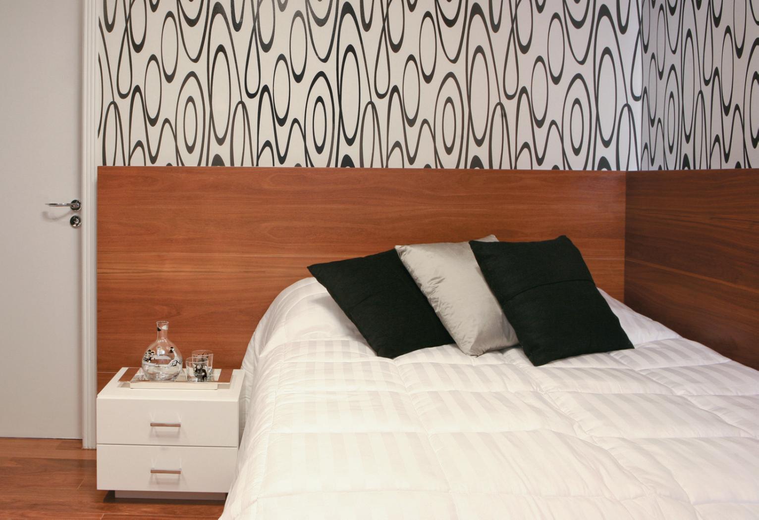 Cama encostada na parede veja quartos de casal e solteiro com essa  #824429 1532x1051