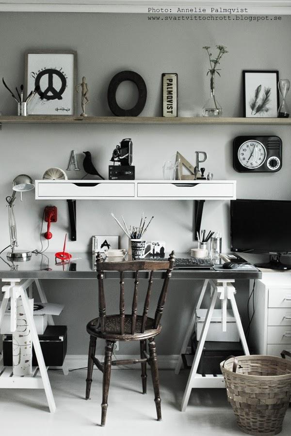 arebtsrum, arbetsrummen, ateljé, ateljéer, arbetshörna, work space, svart klocka på väggen, retro, penslar, skrivbord, ikea, bänkskiva på pallar, papperskorg, skrivbordsskiva, skrivbordslampa, röda detaljer, vitt golv, vit parkett