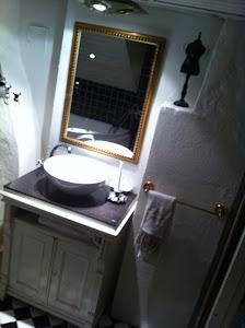 Badrummet Kommoden jag gjorde om till badrumsmöbel