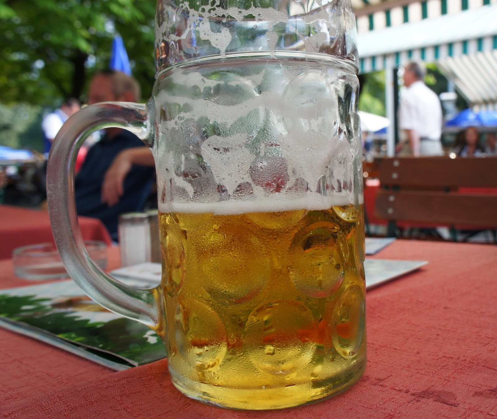 Jarra de cerveza en una cervecería al aire libre en Munich