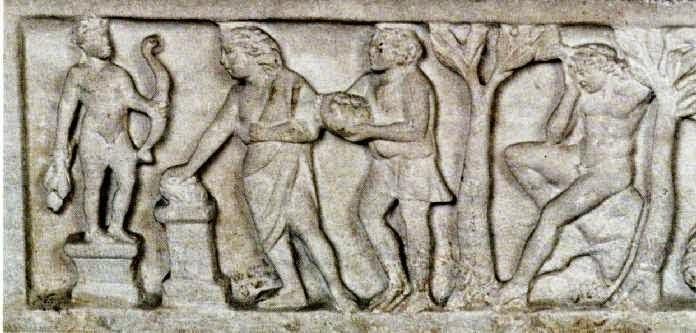 Η ιστορία του Οιδίποδα. Κάλυμμα σαρκοφάγου, 3ος αι. μ.Χ. Στο αριστερό μέρος ο Λάιος συνοδευόμενος από ένα δούλο προσφέρει θυσία μπροστά στο άγαλμα του Απόλλωνα, ζητώντας χρησμό για το πώς θα τα καταφέρει να αποκτήσει παιδί. Στο δεξιό μέρος, πάλι ο Λάιος κάθεται σκεφτικός ανάμεσα σε δύο δέντρα, καθώς αναλογίζεται τις συφμορές που θα προκύψουν από τη γέννηση του Οιδίποδα παρά την εντολή του θεού να μην αποκτήσει παιδί. Ρώμη, Musei Vaticani, 10408 (1ο τμήμα)
