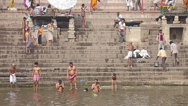 Indiens qui se baignent dans le Gange