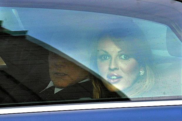 La foto di Silvio Berlusconi e Francesca Pascale seduti nei posti posteriori di una vettura
