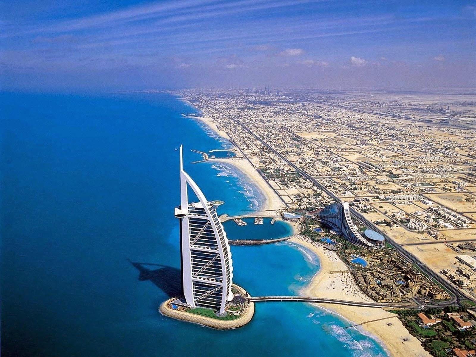 Бурдж аль-Араб - отель в форме паруса, один из самых роскошных в мире.