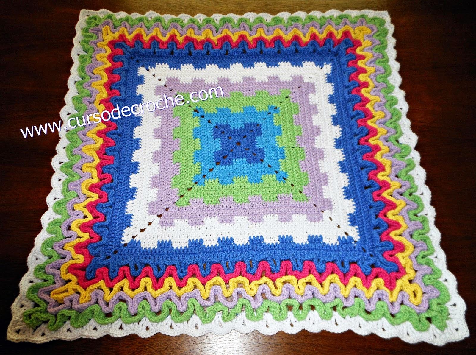 Tapete em croche quadrado labirinto multicolorido for Clases de tapetes