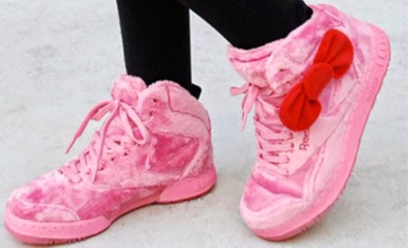 Gambar sepatu hello kitty warna pink lucu untuk anak