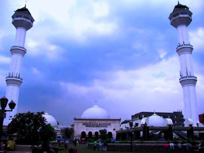 Menara Kembar yang Mengapit Masjid