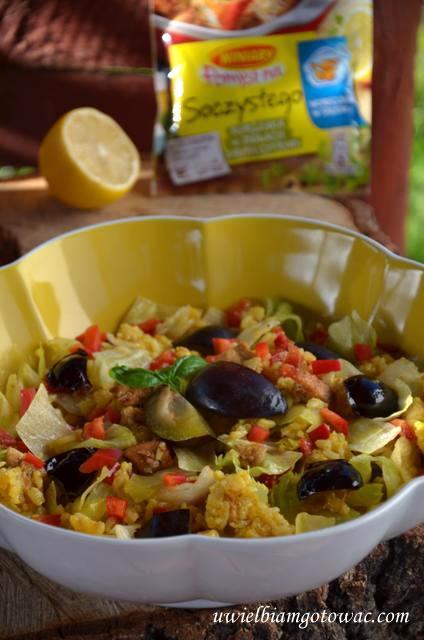 Sałatka z ryżem, kurczakiem, papryką i śliwkami