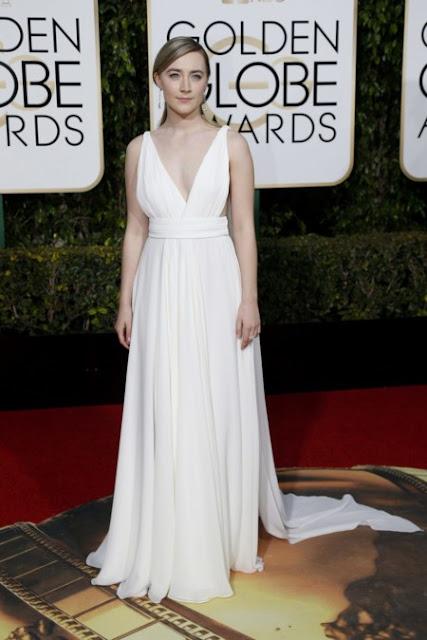 Saorise Ronan vestida de Saint Laurent en los Golden Globes, enero 2016