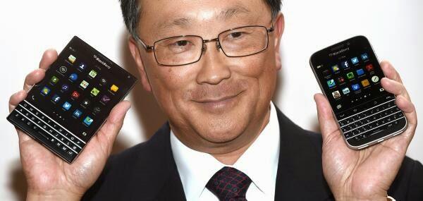 Más imágenes del CEO de BlackBerry, John Chen mostrando el BlackBerry Classic y el muy esperado BlackBerry Passport. Ambos dispositivos están genial! Personalmente estoy deseando que llegue el dispositivo Classic y para ver cómo funciona el trackpad en el BB10. Las altas especificaciones y la magnifica pantalla en el Passport son también muy tentadora. En general estas imágenes están saliendo mucho antes de que el dispositivo este disponible para los usuarios. Así que aunque nos hayan hecho sufrir por no conocer el diseño final de estos dos dispositivos, ha valido la pena la espera. Es de destacar que en el