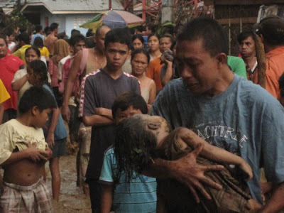Typhoon Sendong victim - Father crying for his child.
