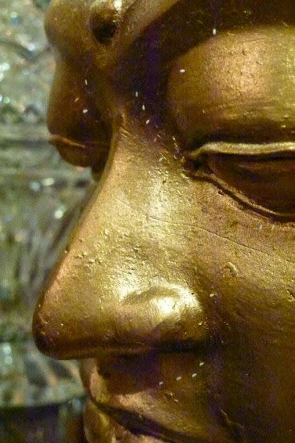 Hoa Ưu Đàm nở trên một pho tượng Phật ở Virginia (Mỹ) tại Tu Viện Tường Vân. (Ảnh: Đại Kỷ Nguyên)