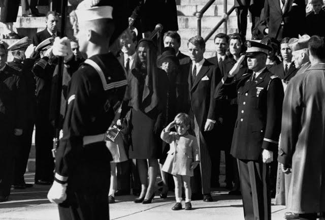 20 Foto Penuh Emosi Yang Membuat Terharu Hormat Terakhir Untuk John. F. Kennedy Jr.
