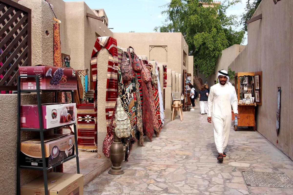 "Good Ol' Dubai – Bastakiya, Abras, DhGood Ol' Dubai – Bastakiya, Abras, Dhaus und Souks - ""Fee ist mein Name""aus und Souks"