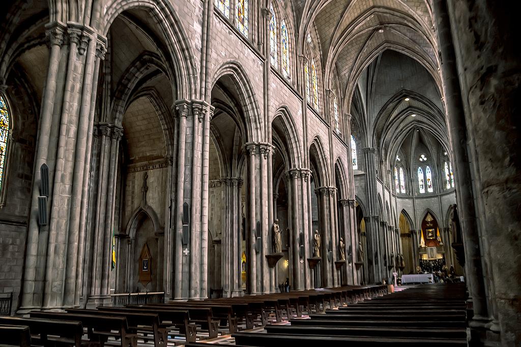 Interior (nave principal) de la Basílica del Voto Nacional, Quito, Ecuador