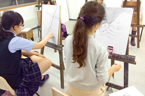 横浜美術学院の中学生教室 美術クラブ 夏休み美術教室  描き出しの様子
