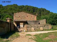 Façana de llevant de Can Ponç amb el portal d'entrada al barri o llisa