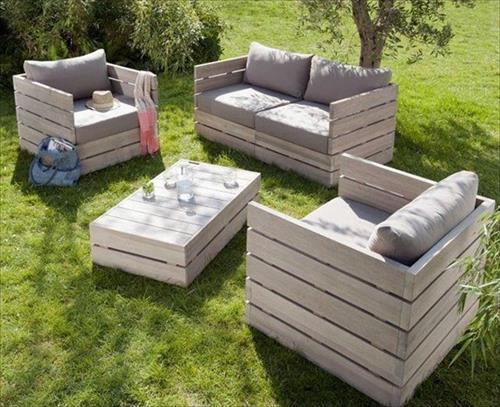 taman dengan furnitur kayu peti kemas