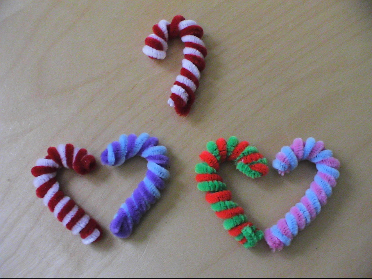 New Leaf Crafts - Pipe cleaner Candy Canes: newleafcrafts.blogspot.com/2011/02/pipe-cleaner-candy-canes.html