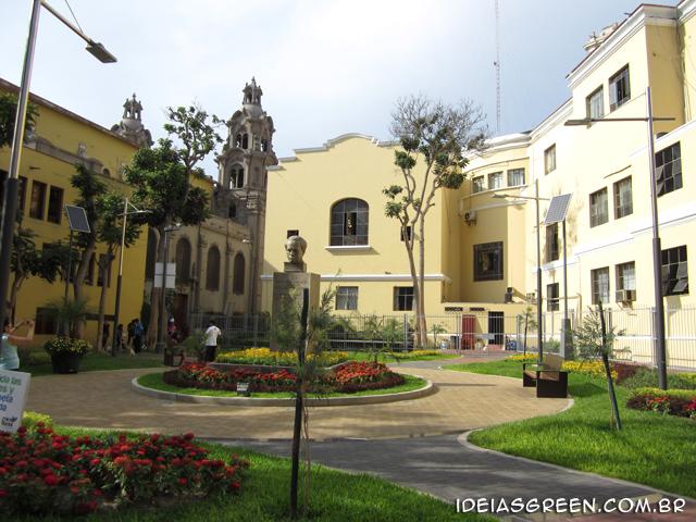 Lima tem praça sustentável com coleta seletiva e painéis solares