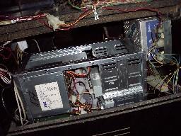 Detalle de la fuente de alimentación junto con el ordenador