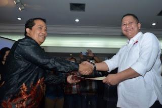 Ketua KPU surabaya saat menyerahkan surat hasil penetapan pemilu