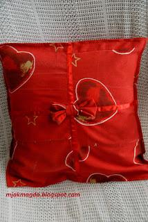 czerwona zimowa poszewka serduszka pierniczki jak prezent z kokardą